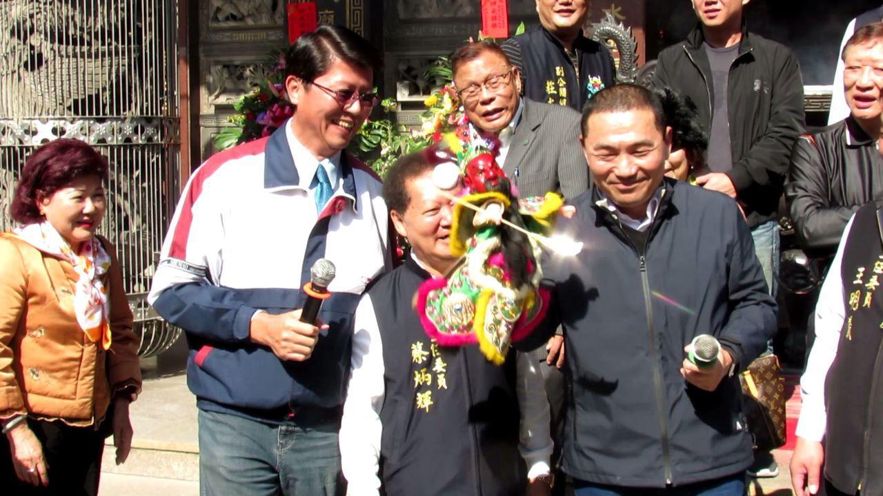 侯友宜到鹿耳門聖母廟參拜,台南市議員謝龍介贈送關公布袋戲偶,兩人還即席演出。記者...