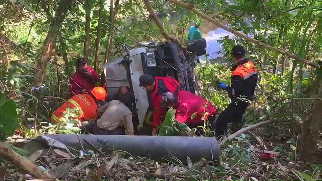 江姓父子的小貨車翻落山谷,苗栗縣消防局人員趕往救護。圖/苗栗縣消防局提供