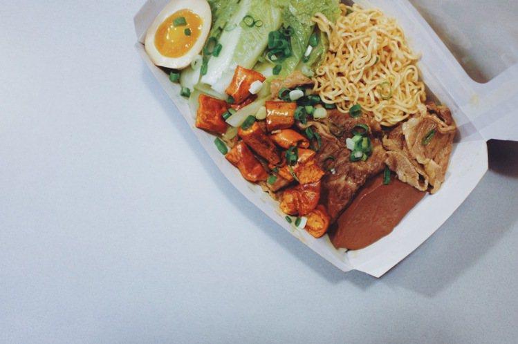 老實麻辣麵,160元,周一至周五外帶限定。圖/記者沈佩臻攝影