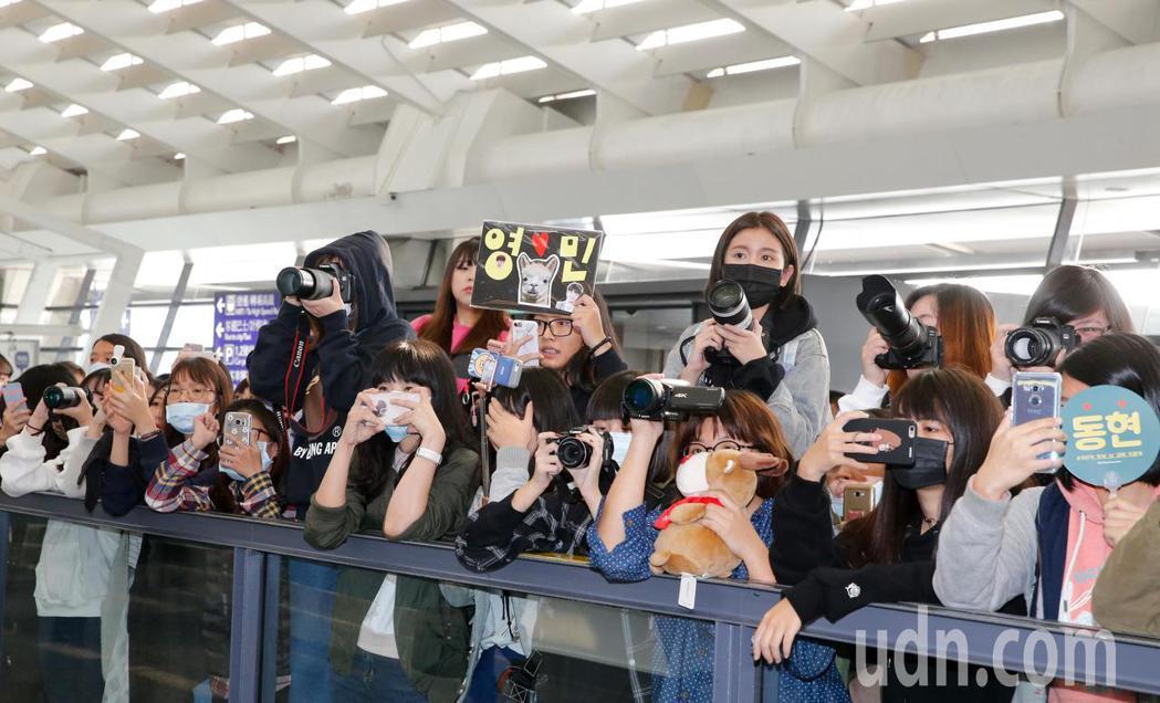 韓團「MXM」中午抵台,雖然班機延誤將近兩小時,但是入境大廳還是有許多粉絲在癡癡...