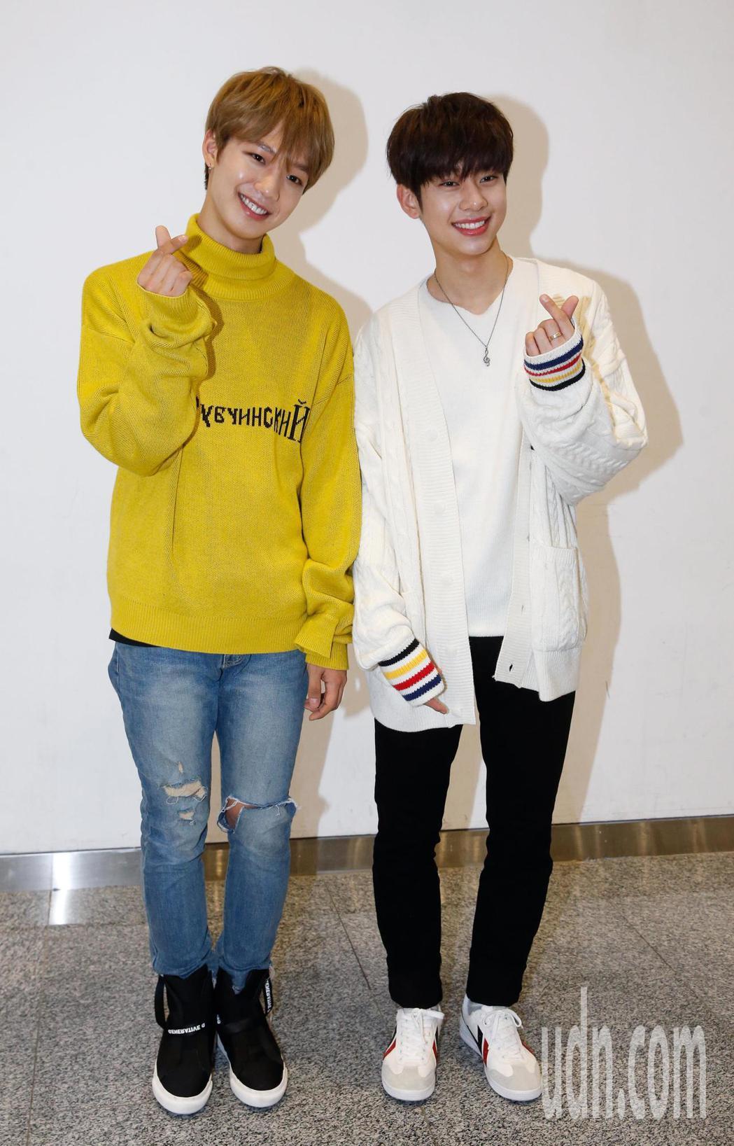 韓團「MXM」的林煐岷(左)與金東賢(右)中午抵台,兩人透過媒體的鏡頭向台灣粉絲...