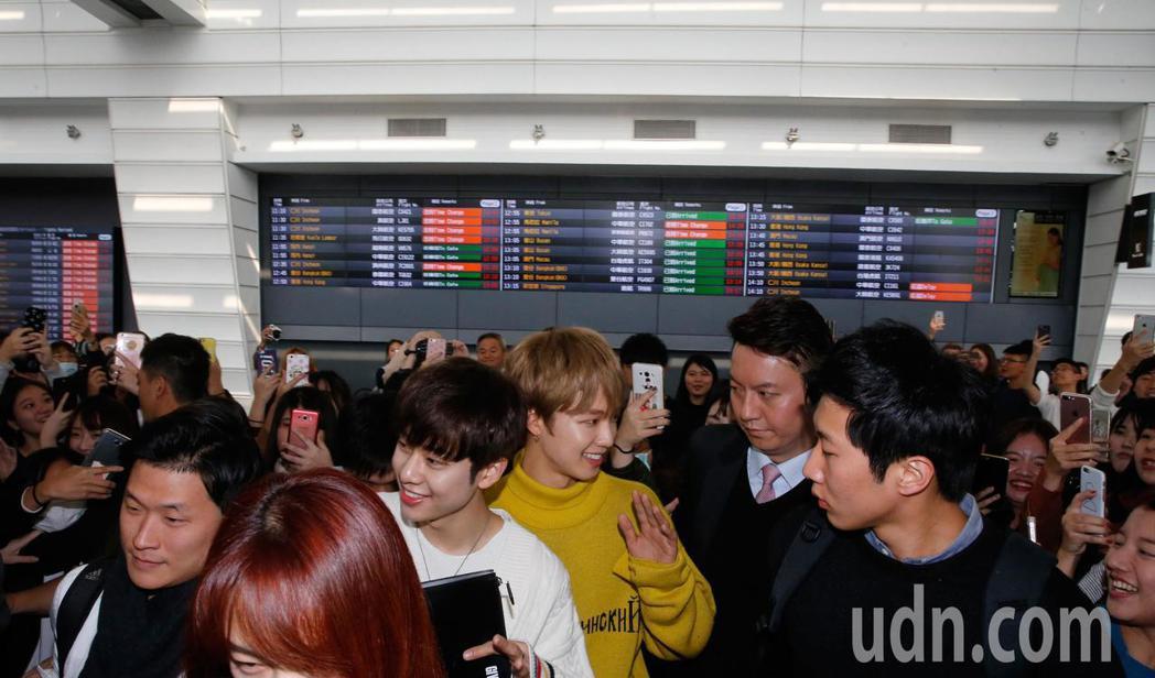 韓團「MXM」中午抵台,雖然班機延誤將近兩小時,兩人抵達時,但是入境大廳還是有許...