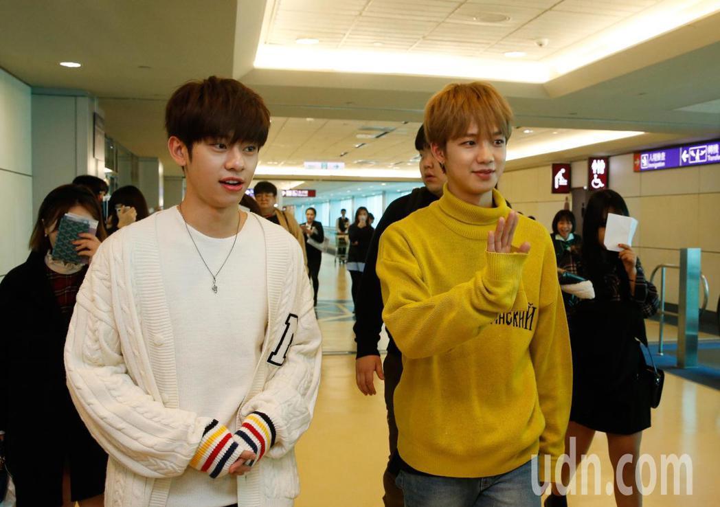 韓團「MXM」的林煐岷(右)與金東賢(左)中午抵台,兩人不時向粉絲們揮揮手問好。...