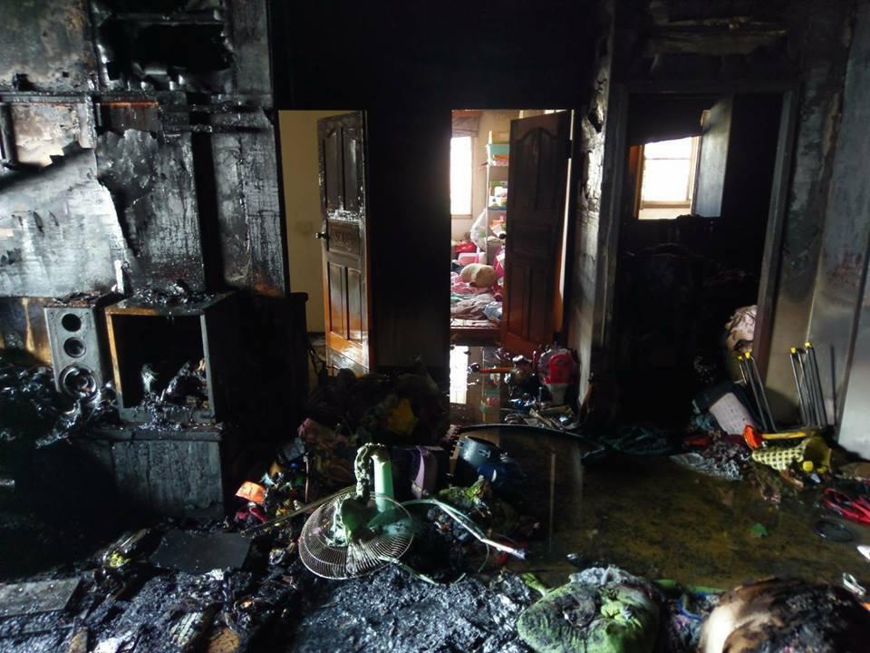 民宅客廳幾乎燒光,但房間因為關門而安然無恙。圖/取自南霸天粉絲專頁