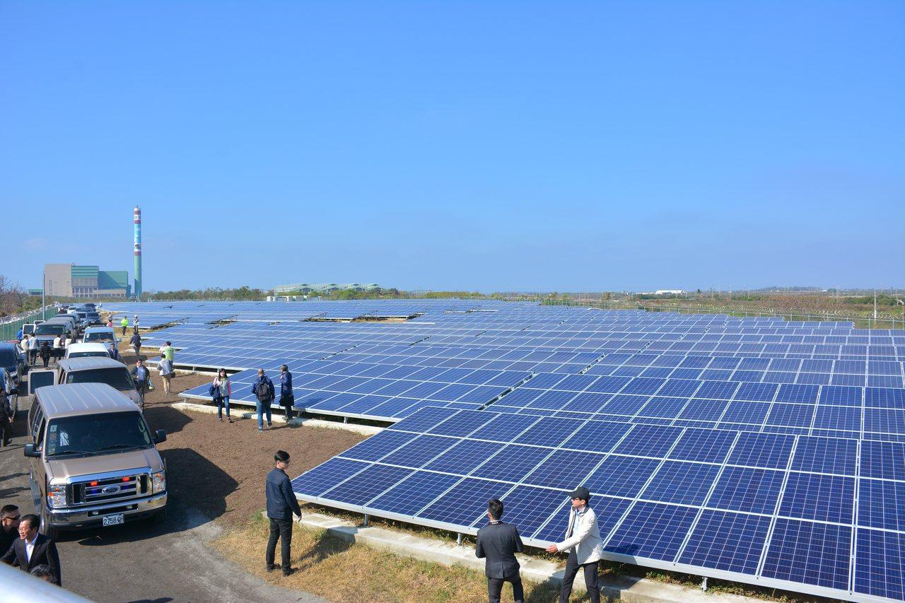 台南市城西垃圾掩埋場設置地面型太陽能板。記者吳淑玲/攝影