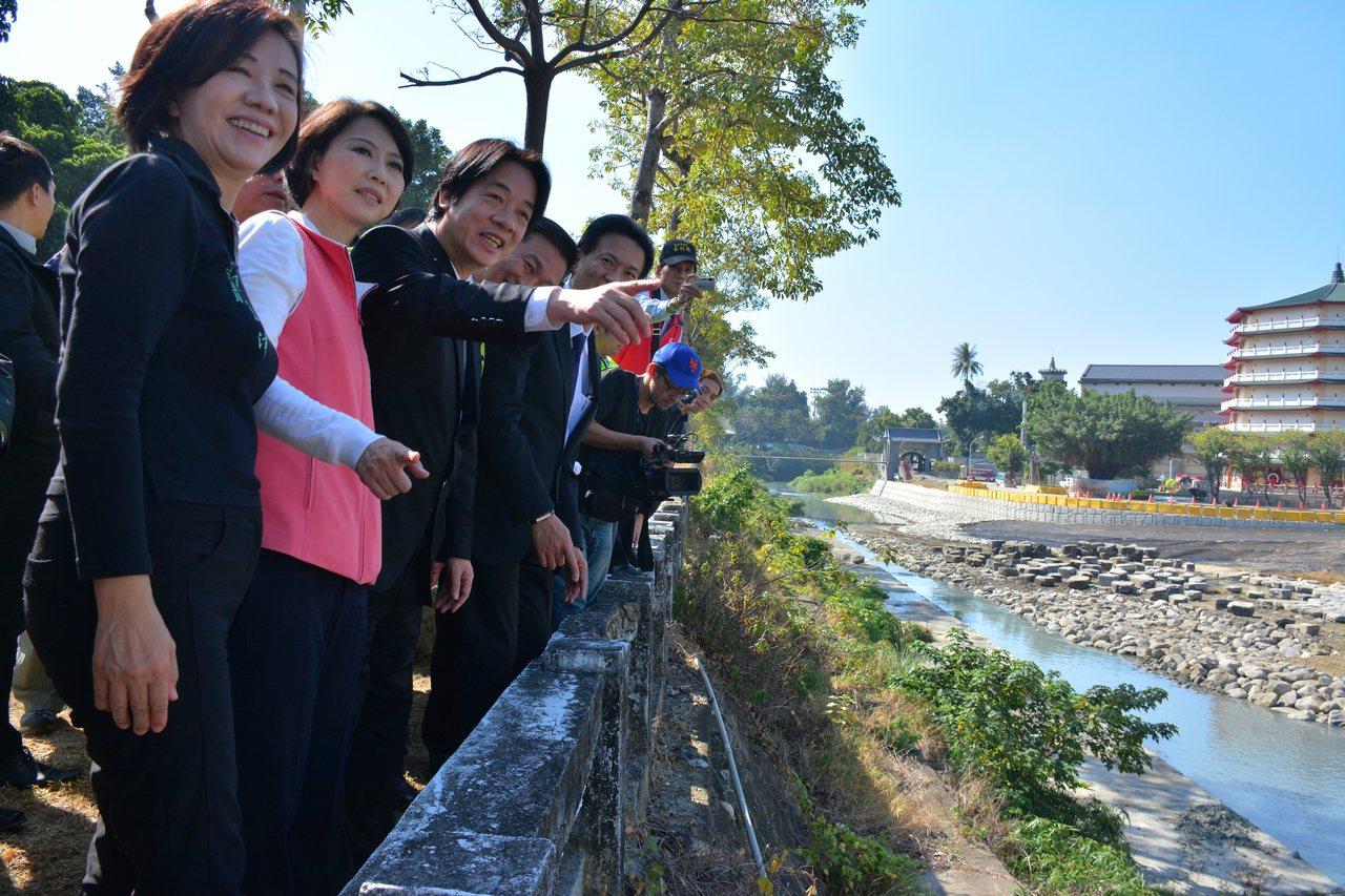 行政院長賴清德(左三)今天視察「竹溪環境改造」工程,提到這是他在市長任內提出的「...