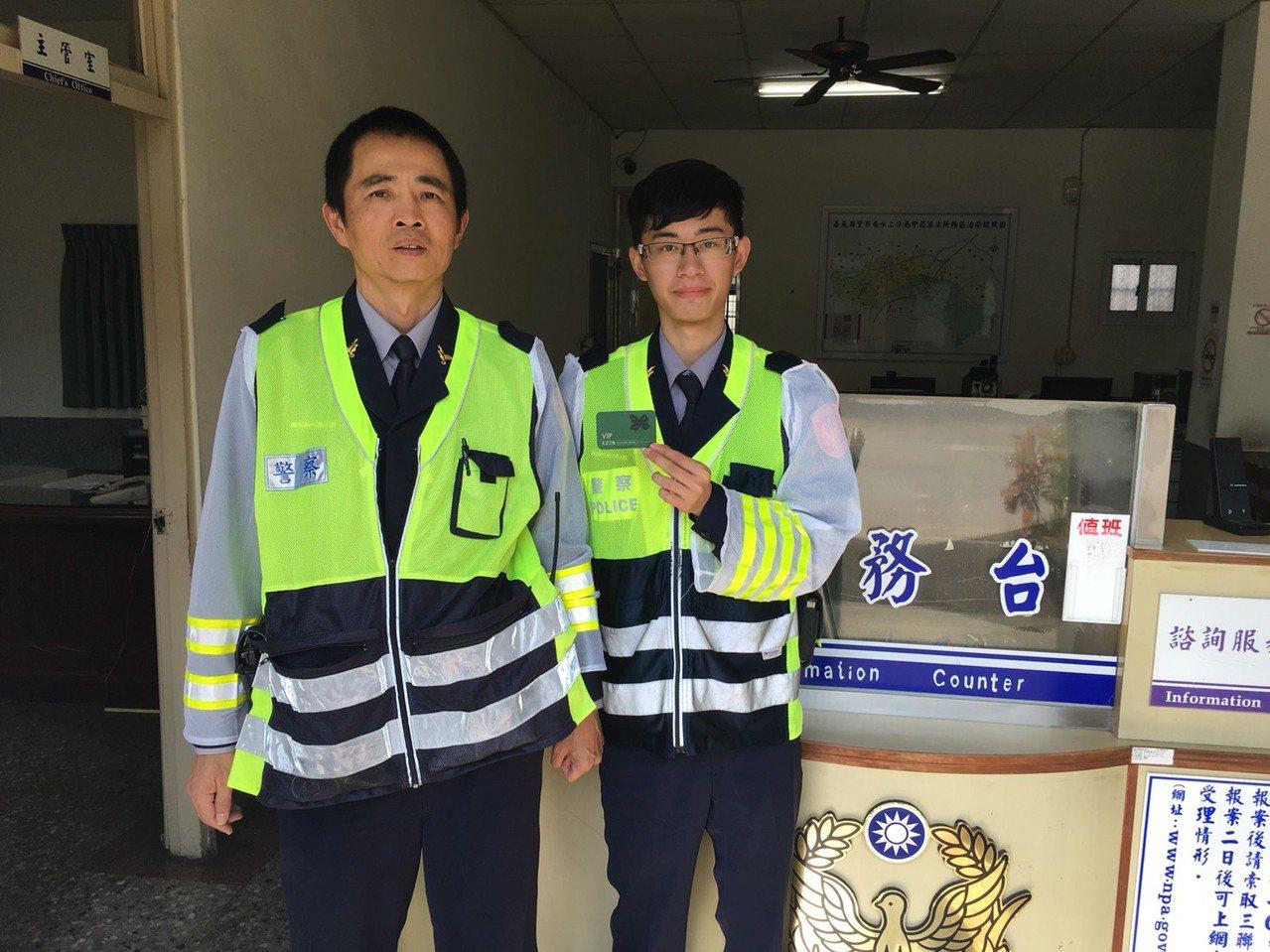 黃俊彥(左)日前帶羅鴻偉巡邏,撿到一張15年前會員卡,找到被害人抓到竊嫌。記者卜...