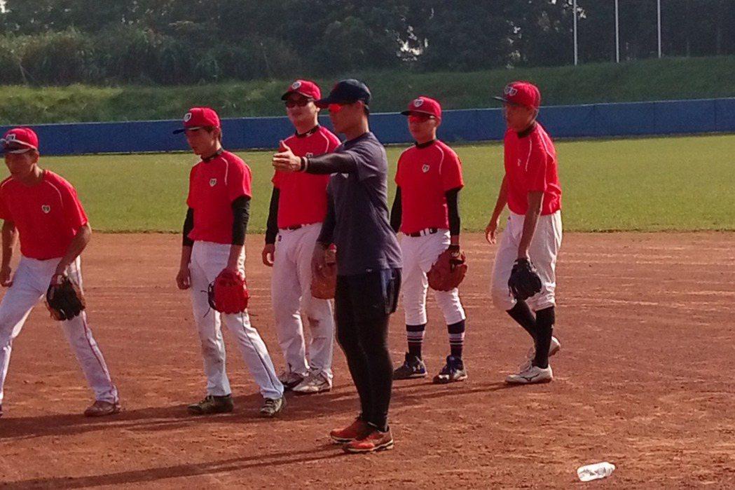 王勝偉擔任YY棒球營講師,和學員分享守備基本觀念。記者婁靖平/攝影
