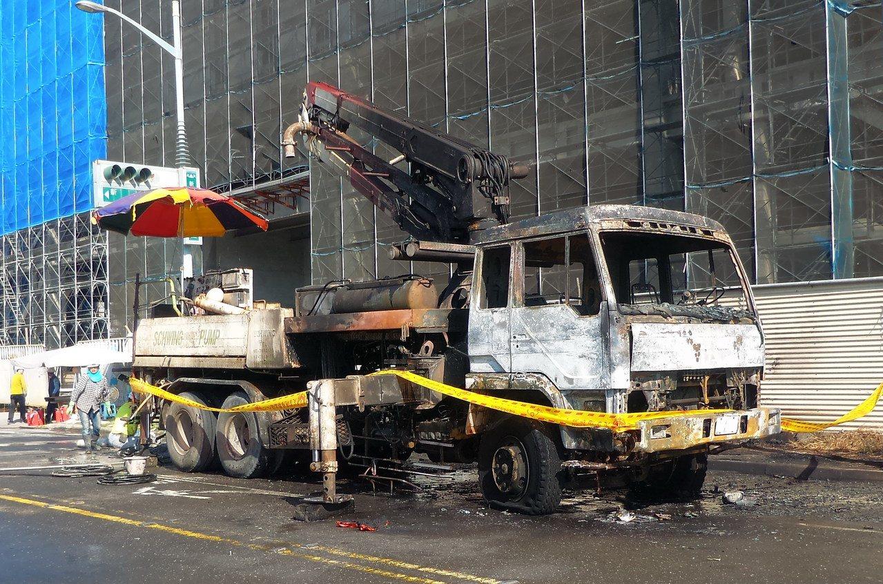 起火的混凝土加壓灌漿車被燒毀。記者林保光/攝影