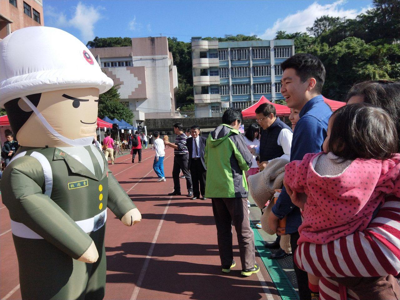 信義國中校慶,國軍人偶受到學生歡迎。記者游明煌/攝影