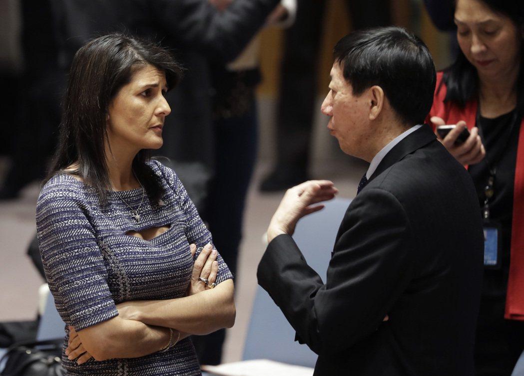 美國駐聯合國大使海理(左)與大陸常駐聯合國副代表吳海濤22日在聯合國總部交談。因...