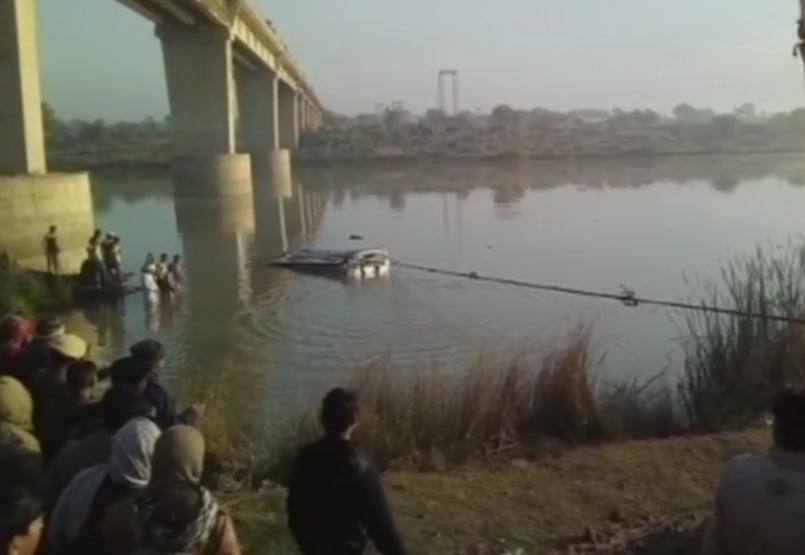 搜救人員用繩索固定墜河的巴士,搶救生還者並打撈罹難者遺體。(圖/翻攝自印度時報)