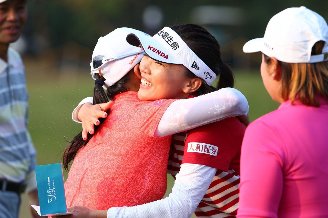 徐薇淩(左)摘冠,衛冕失利的盧曉晴獻上擁抱。記者王騰毅/攝影