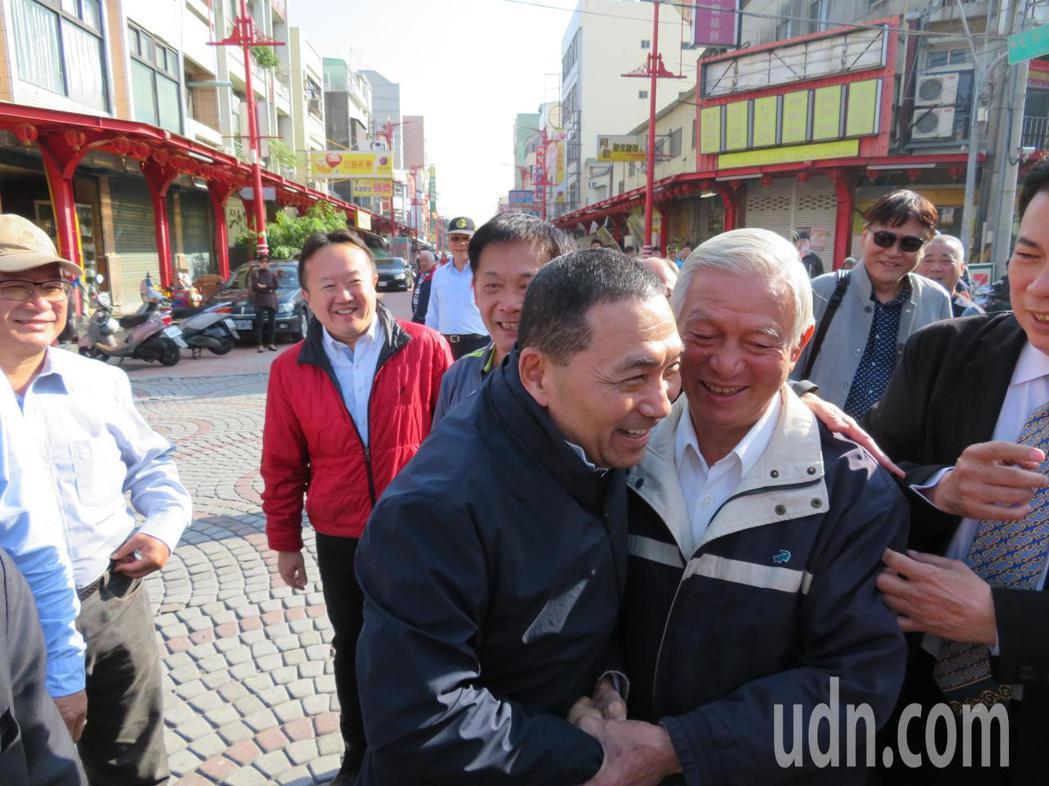 侯友宜(左)抵達配天宮,見到國中導師戴全明(右),師生熱情相擁。記者魯永明/攝影
