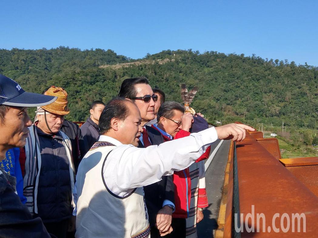 前總統馬英九站在宜蘭寒華大橋,聽取大同鄉長陳成功說明蓋橋的過程。記者戴永華/攝影