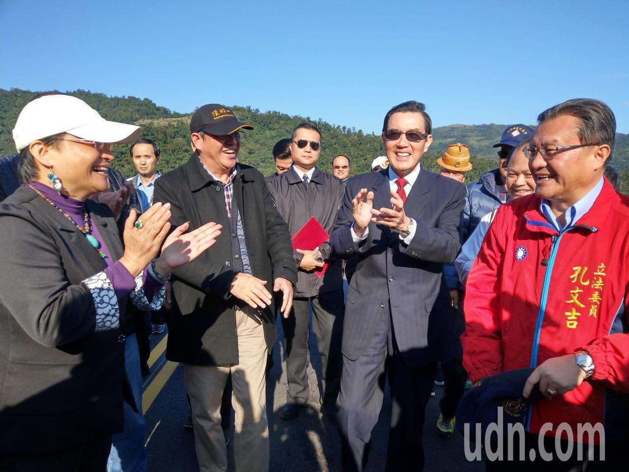 艷陽高照,前總統馬英九來到宜蘭大同鄉寒溪部落,受到族人熱烈歡迎。記者戴永華/攝影