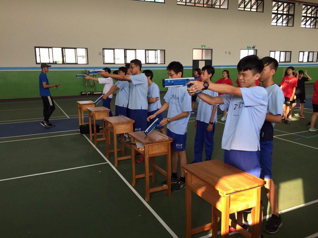 左中學生練習跑步射擊瞄準。圖/左中提供