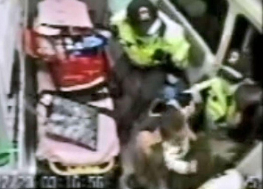 10個月大的男嬰有墜落受傷,雙手紅腫送醫。圖/台中市消防局提供