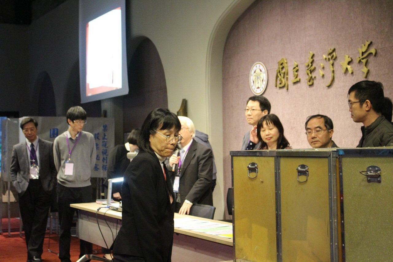 台大今針對校長遴選,舉辦校務會議推薦投票,圖為進行開票作業。記者陳宛茜/攝影