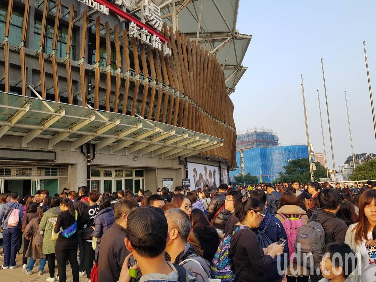 青埔棒球場下午4點已經有五月天歌迷排隊等進場。記者鄭國樑/攝影