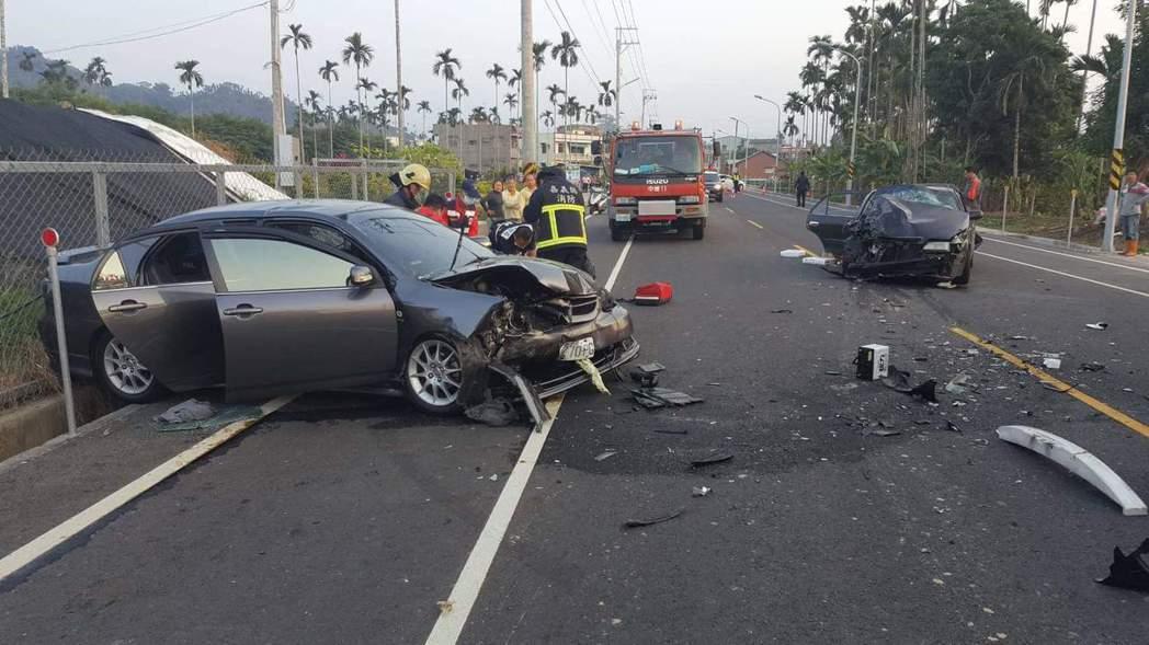 嘉義縣司同公路下午4時發生一起疑似對撞車禍,兩自小客車頭都半毀。 記者卜敏正/翻...
