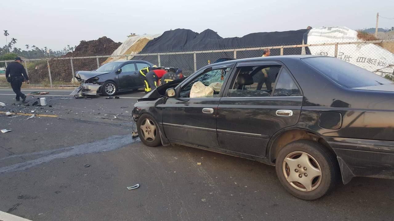 嘉義縣司同公路下午4時發生一起疑似對撞車禍,兩自小客車頭都半毀。記者卜敏正/翻攝