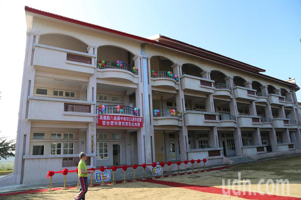 台塑捐建偏鄉六嘉國中教室大樓落成,師生感恩慶祝。記者魯永明/攝影