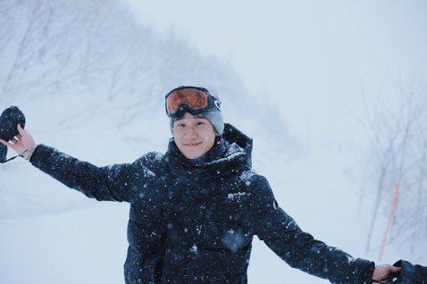 周興哲(Eric)日前和家人在北海道滑雪,共度溫馨的聖誕假期,三兄弟分別從三地飛往日本會合,除了合體競速滑雪外,還大啖生蠔、帝王蟹、龍蝦等珍貴海味。近日為專輯宣傳忙碌的他,卻因為MV趕不及,而讓發片...