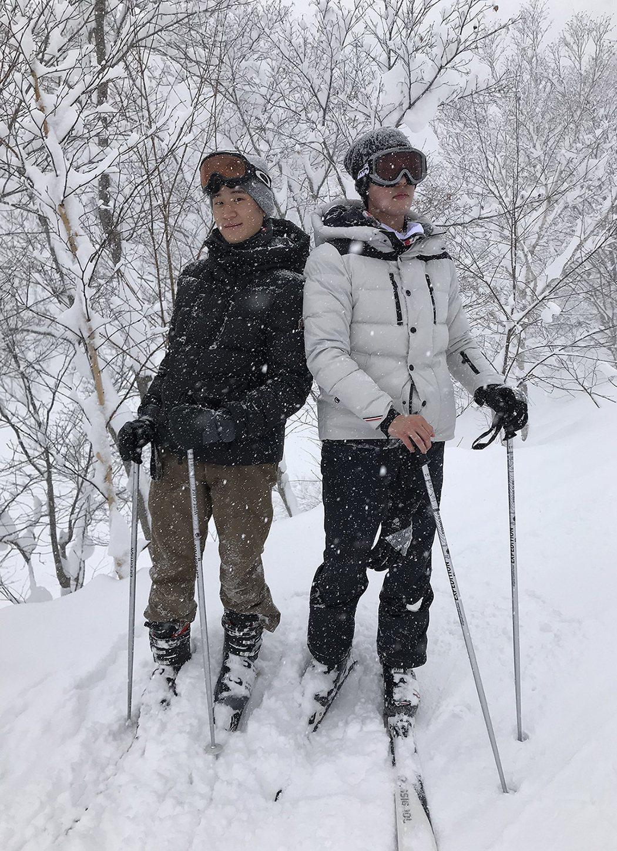 周興哲和哥哥周予天(右)一起滑雪。圖/索尼音樂
