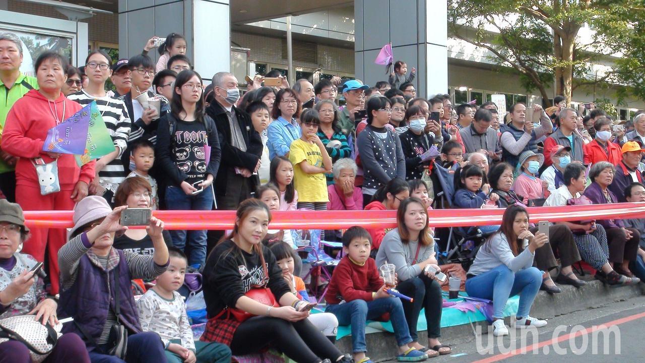 第26屆嘉義市國際管樂節踩街嘉年華今天下午從噴水圓環出發,沿街擠滿支持群眾,熱鬧...