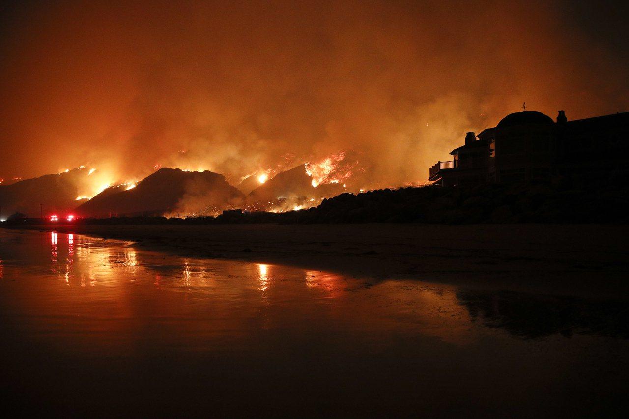 美國加州野火持續延燒,成為當地有有史以來最大野火。(美聯社)