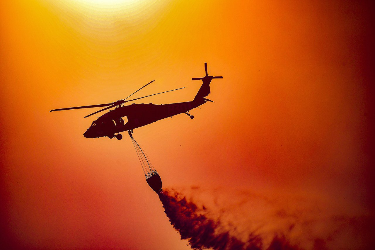 直升機從空中滅火。(歐新社)