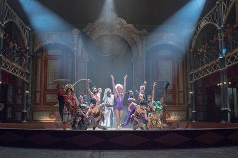 休傑克曼最近帶來歌舞新片「大娛樂家」,在片中飾演傳奇馬戲團始祖P.T.巴納姆,他為這角色苦心籌備多年,原來他在8年前擔任奧斯卡頒獎典禮主持人時,展現出身自百老匯的硬底子歌舞功力,在舞台上又唱又跳,讓...