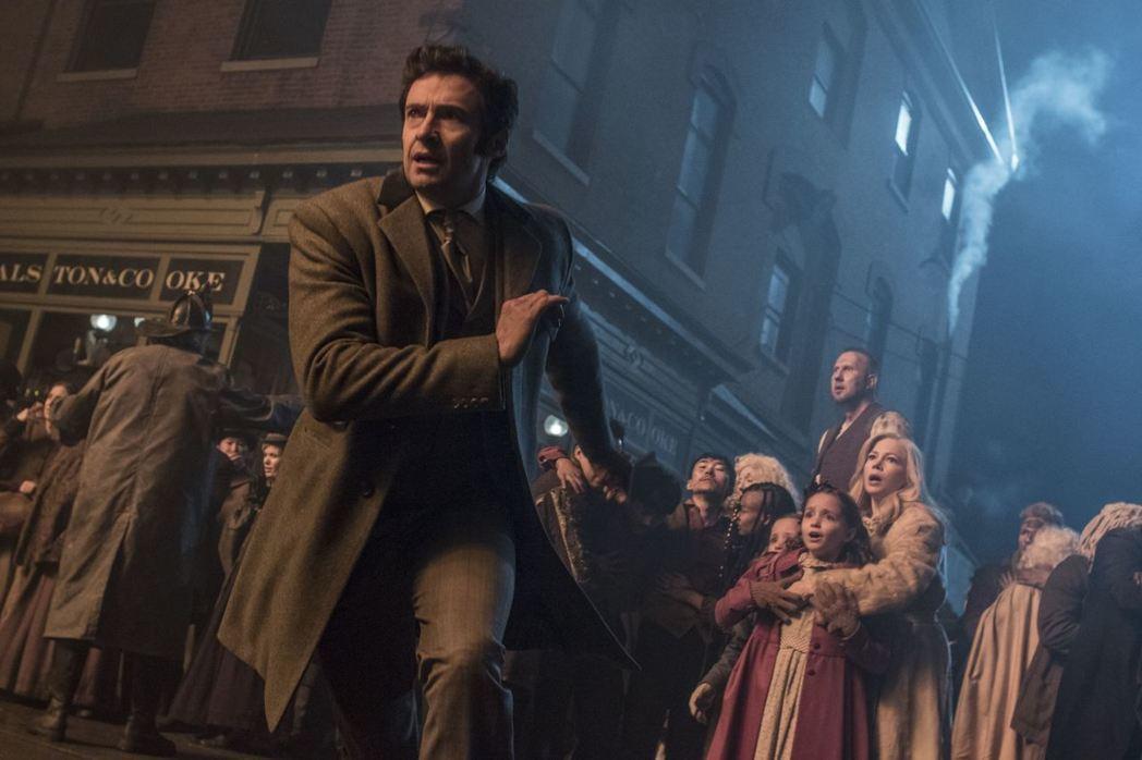 休傑克曼在「大娛樂家」中飾演傳奇馬戲團始祖P.T.巴納姆。圖/福斯提供