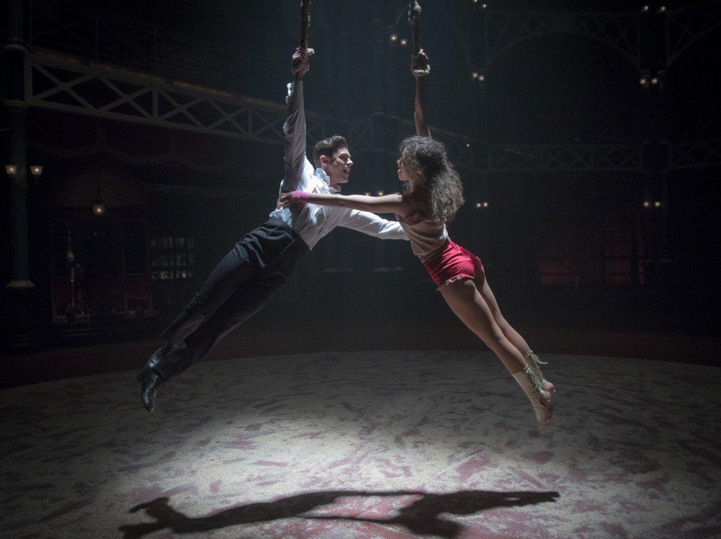柴克艾弗隆(左)與千黛亞(右)有高難度空中飛人歌舞戲。圖/福斯提供