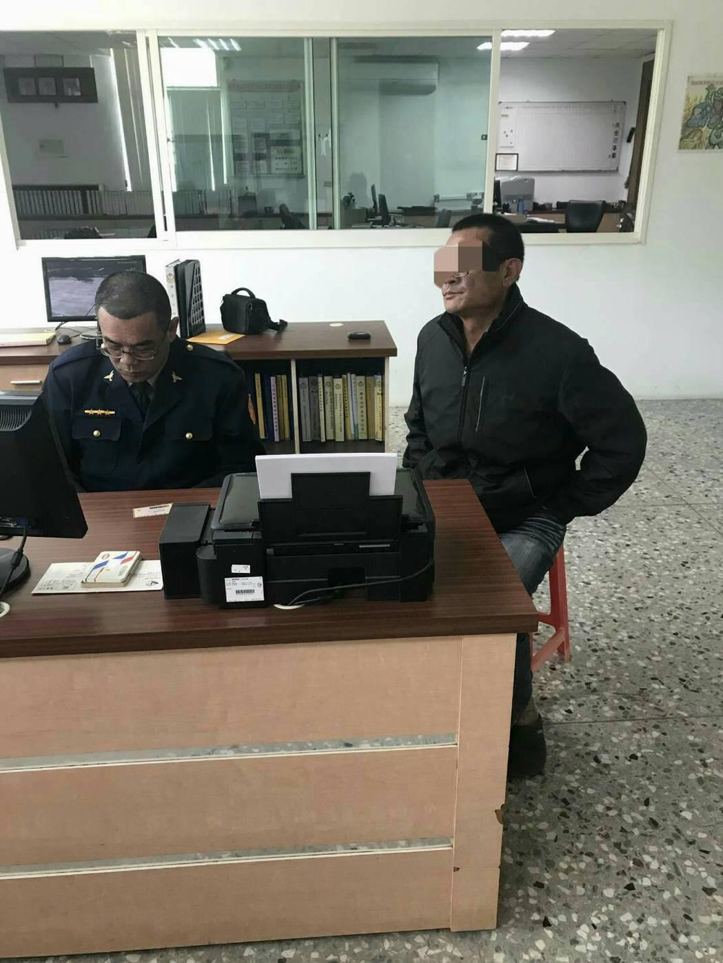 賴姓男子(右)涉嫌偷竊胡麻。記者吳政修/翻攝