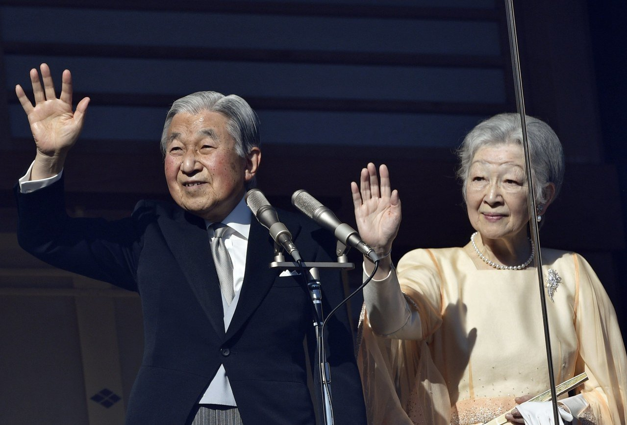 日本天皇明仁與王妃美智子在皇宮陽台上與民眾揮手致意。歐新社