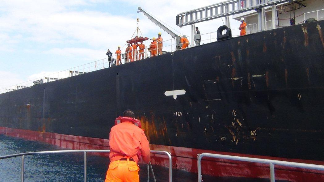 一名大陸船員由基隆海巡隊海上接駁送醫。記者游明煌/翻攝