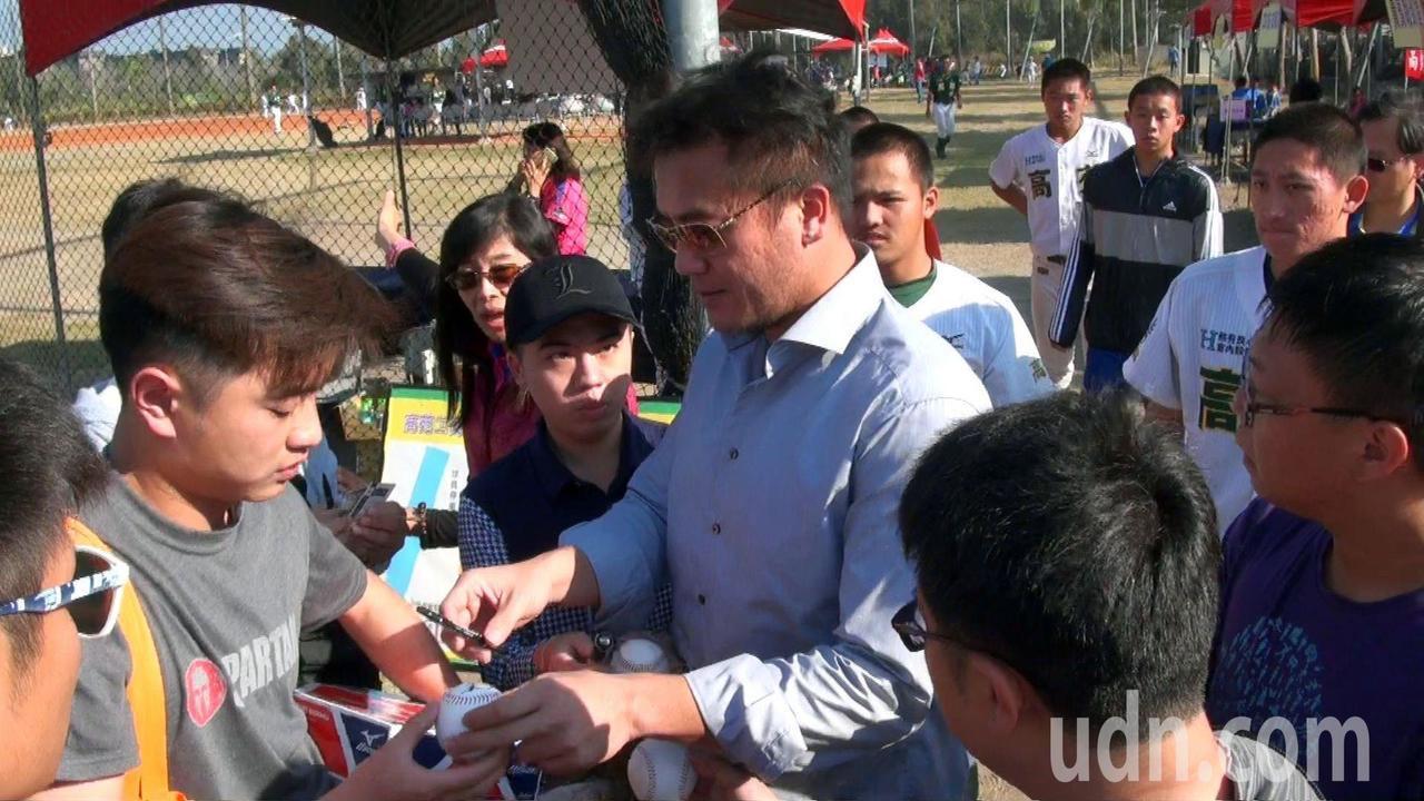 曹錦輝回高苑母校參加OB賽,被粉絲追著要簽名球。記者王昭月/攝影