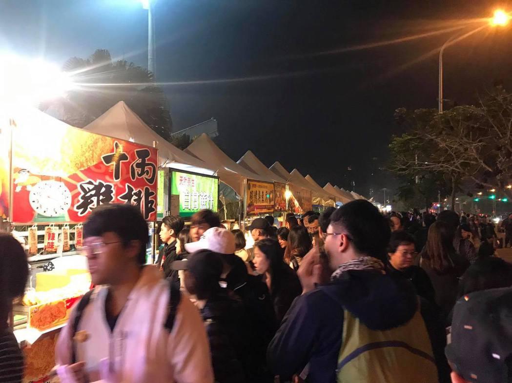 大批粉絲在場外購買商邊商品和食物。記者梅衍儂/攝影