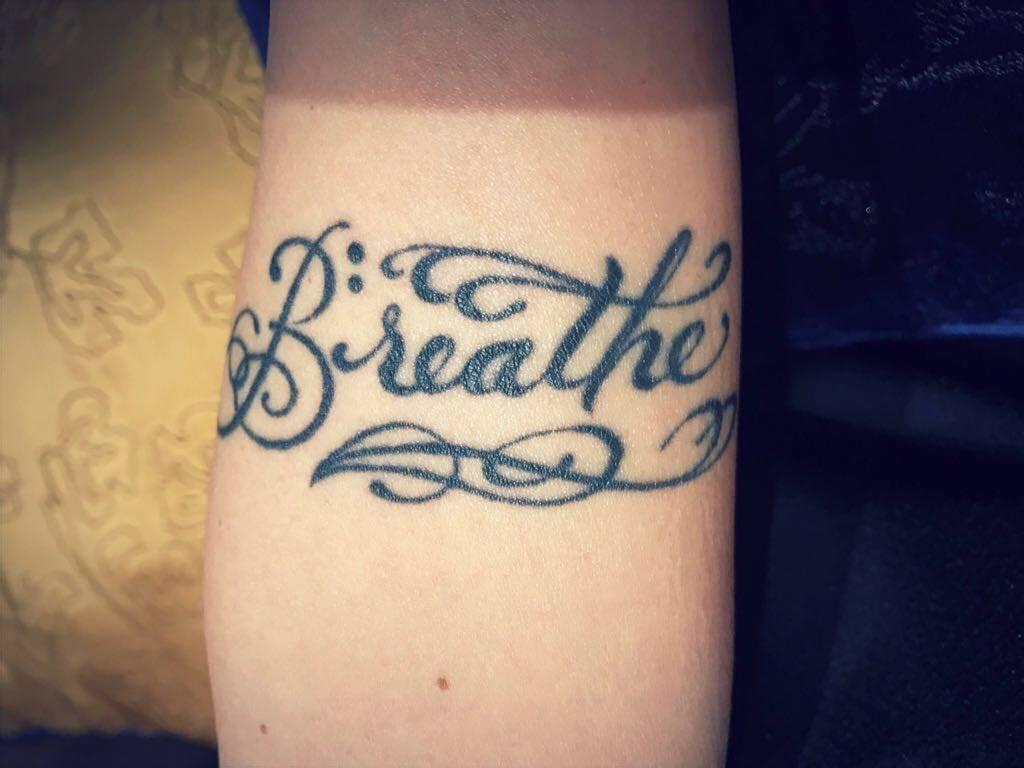 蔡健雅手上的刺青,提醒自己「呼吸」。圖/摘自蔡健雅臉書