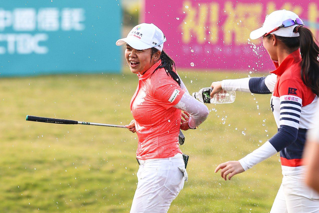 以1桿之差驚險封后,徐薇淩(左)接受灑水慶賀。記者王騰毅/攝影