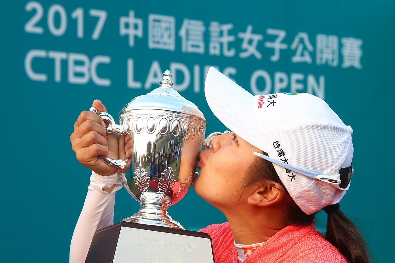 以1桿之差驚險封后,徐薇淩親吻冠軍獎盃。記者王騰毅/攝影