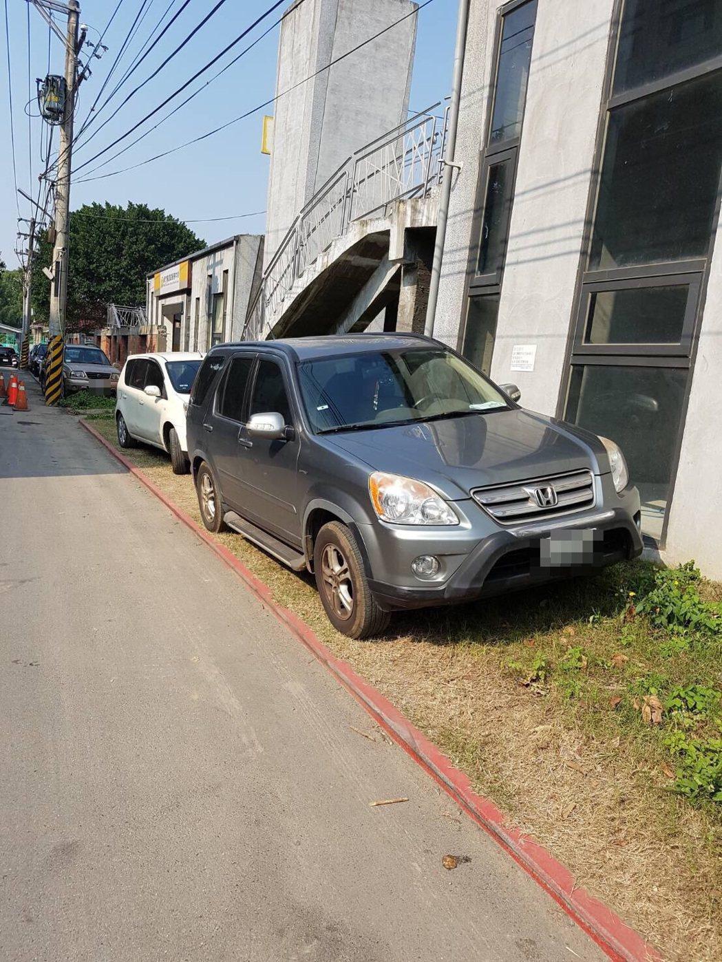竹東藝術村因劃設紅線,嚴禁停車,但仍有民眾不理紅線標示,直接將車子違規停放。圖/...