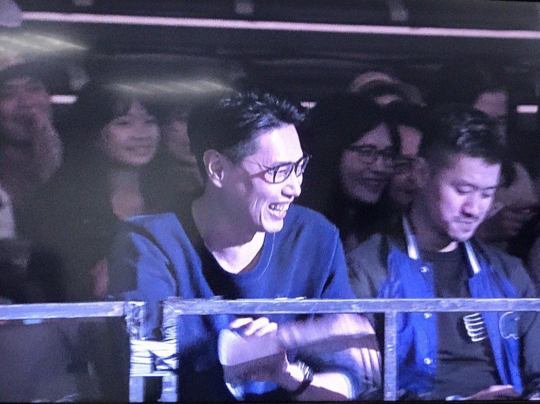 賴斯翔在台下笑看老婆Ella衝上台圖/記者黃保慧攝