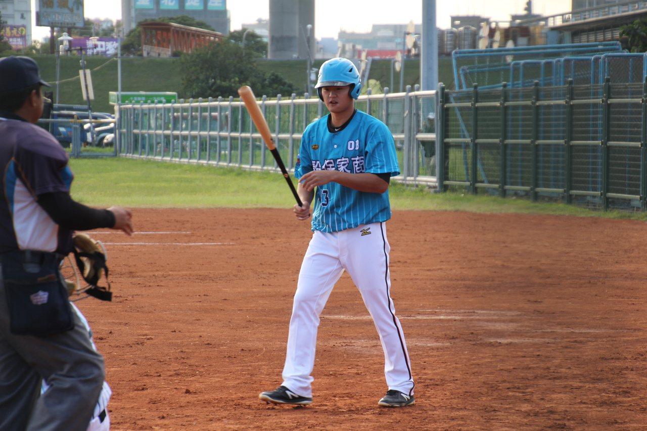 統一獅隊投手王玉譜拿球棒上場打擊。