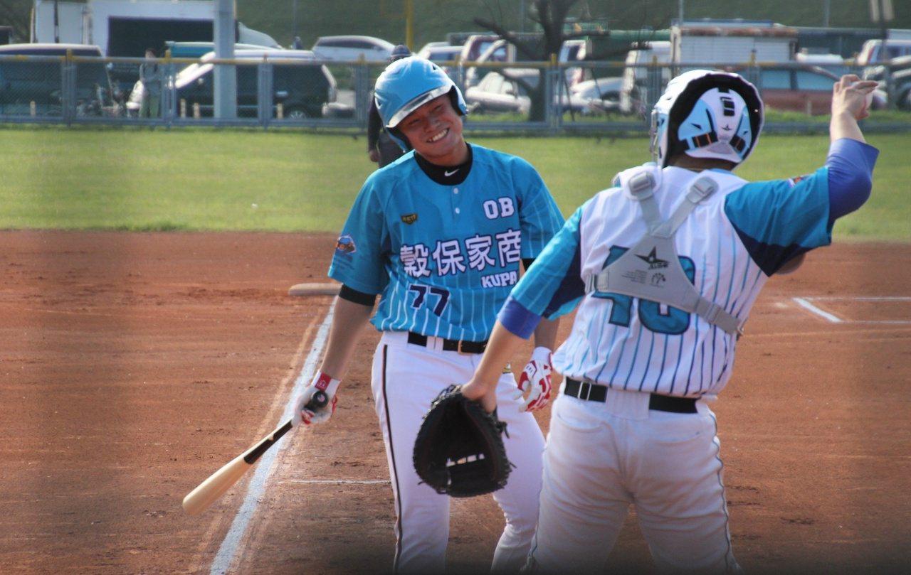 統一獅隊投手林子崴上場打擊、並擔任先發外野手。記者葉姵妤/攝影
