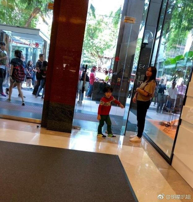吳尊兒子Max和媽媽現身商場。圖/摘自微博