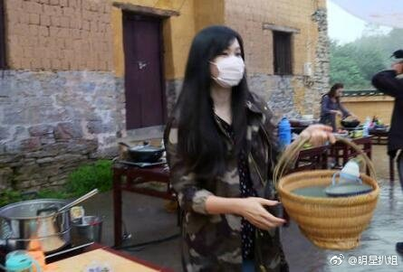 吳尊老婆林麗瑩曾上「爸爸去哪兒5」,但全程戴口罩維持低調。圖/摘自微博