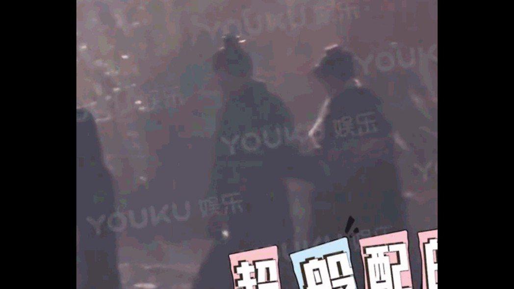 馮紹峰、趙麗穎在片場被拍勾手。圖/摘自微博、YOUKU娛樂